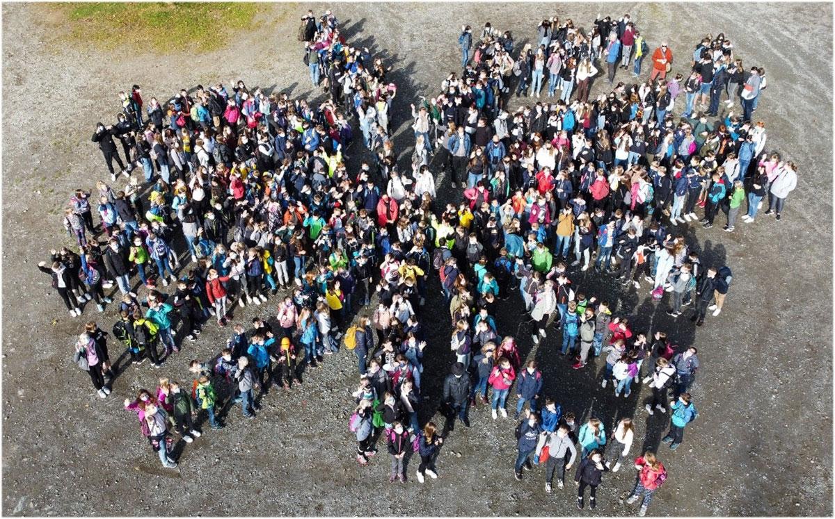 (Über 400 Schüler*innen warten auf den Einlass in das Abenteuerland Fort Fun)
